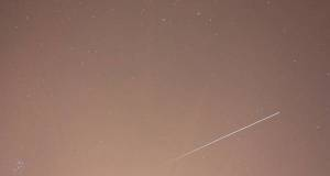La Stazione Spaziale fotografata con 30 secondi di posa mentre viaggiava da destra a sinistra, fino a scomparire nell'ombra della Terra. Il cielo è chiaro per le luci della città (fonte: Paolo Volpini, Associazione Astrofili Piombino, UAI)