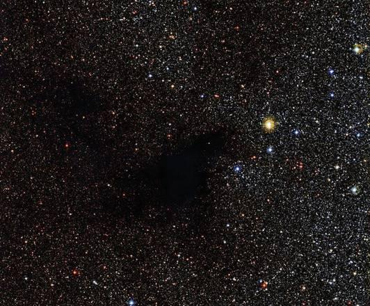 La macchia scura al centro della nebulosa LDN 483 è la regione di formazione delle stelle (fonte: ESO)