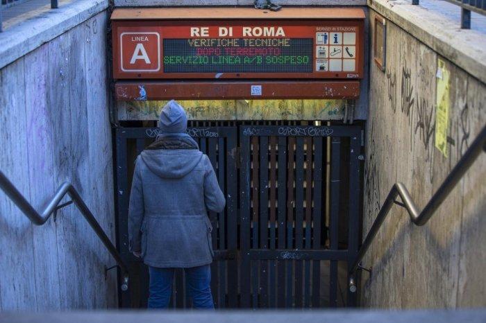 La metro A di piazza Re di Roma chiusa per verifiche (ansa)
